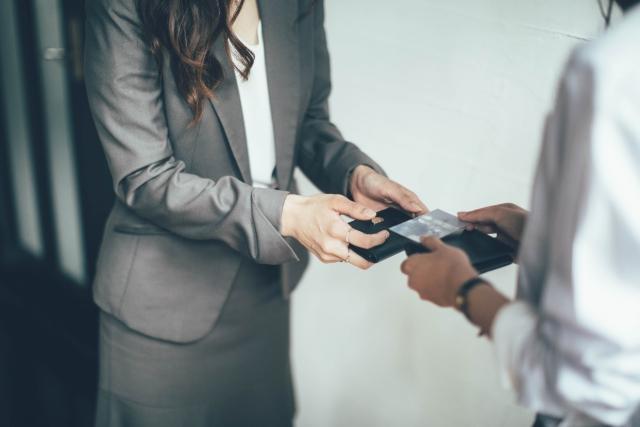【フリーランスも覚えておきたいビジネスマナー】名刺の渡し方